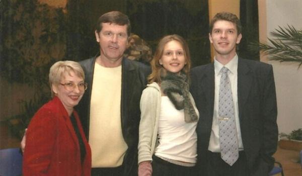 Александр Новиков с женой и детьми
