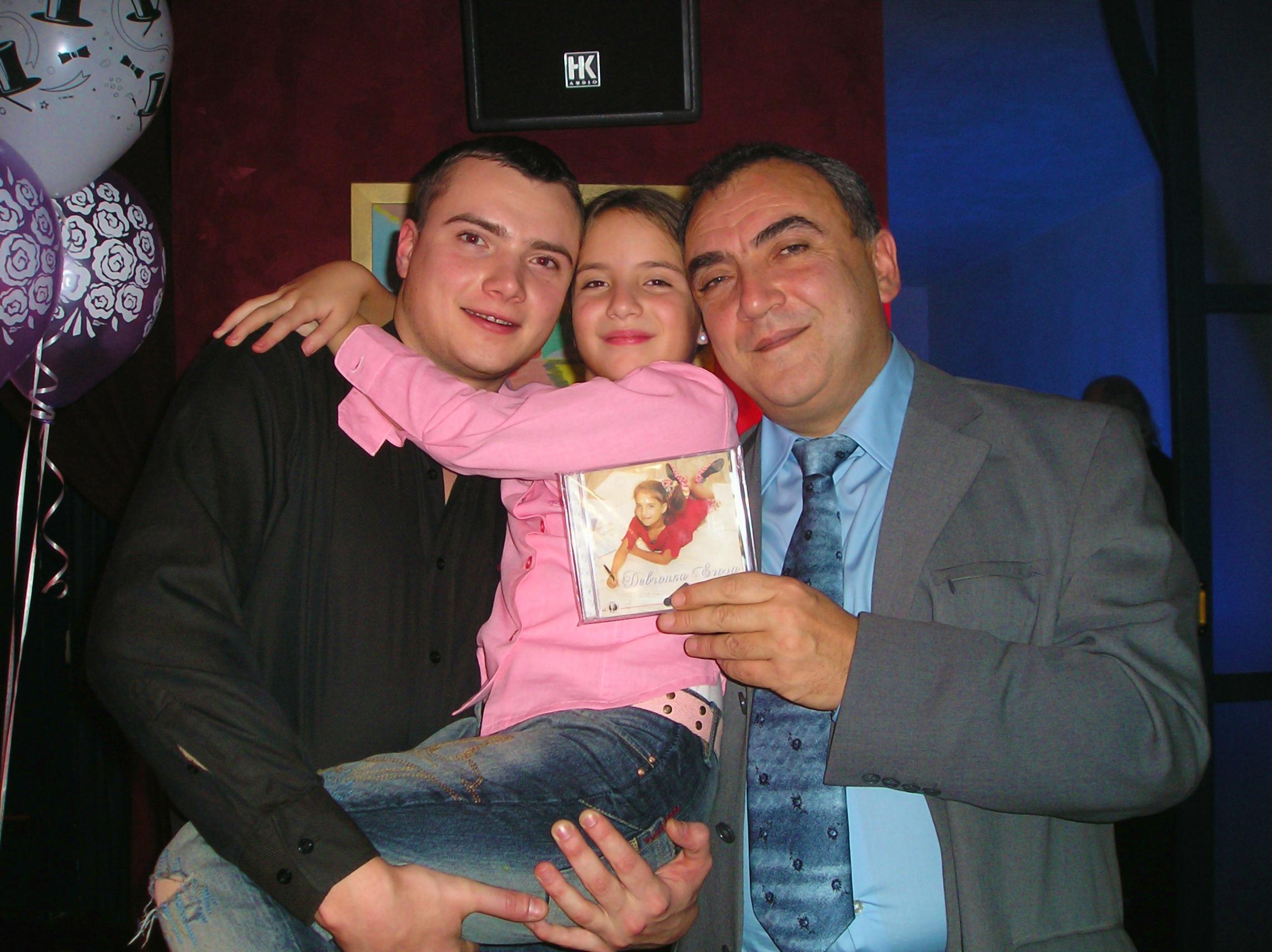 Карина Хвойницкая в детстве с отцом и братом