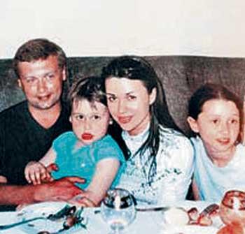 Анастасия Заворотнюк в молодости с бывшим мужем Дмитрием Стрюковым и их общими детьми