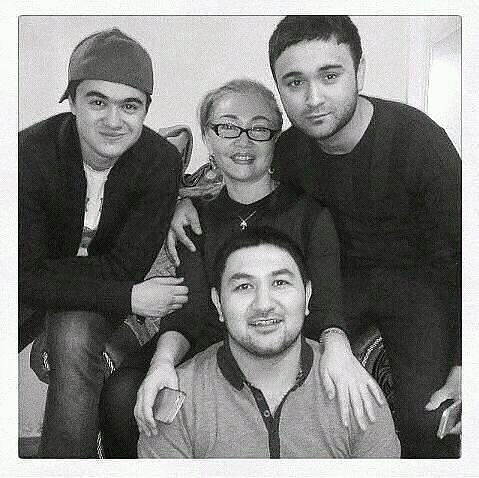 Шохруххон с мамой и братьями