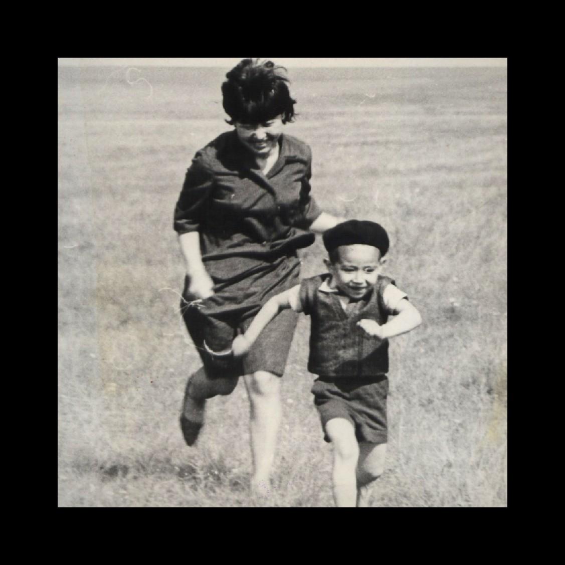 Айдын Закария в детстве с мамой