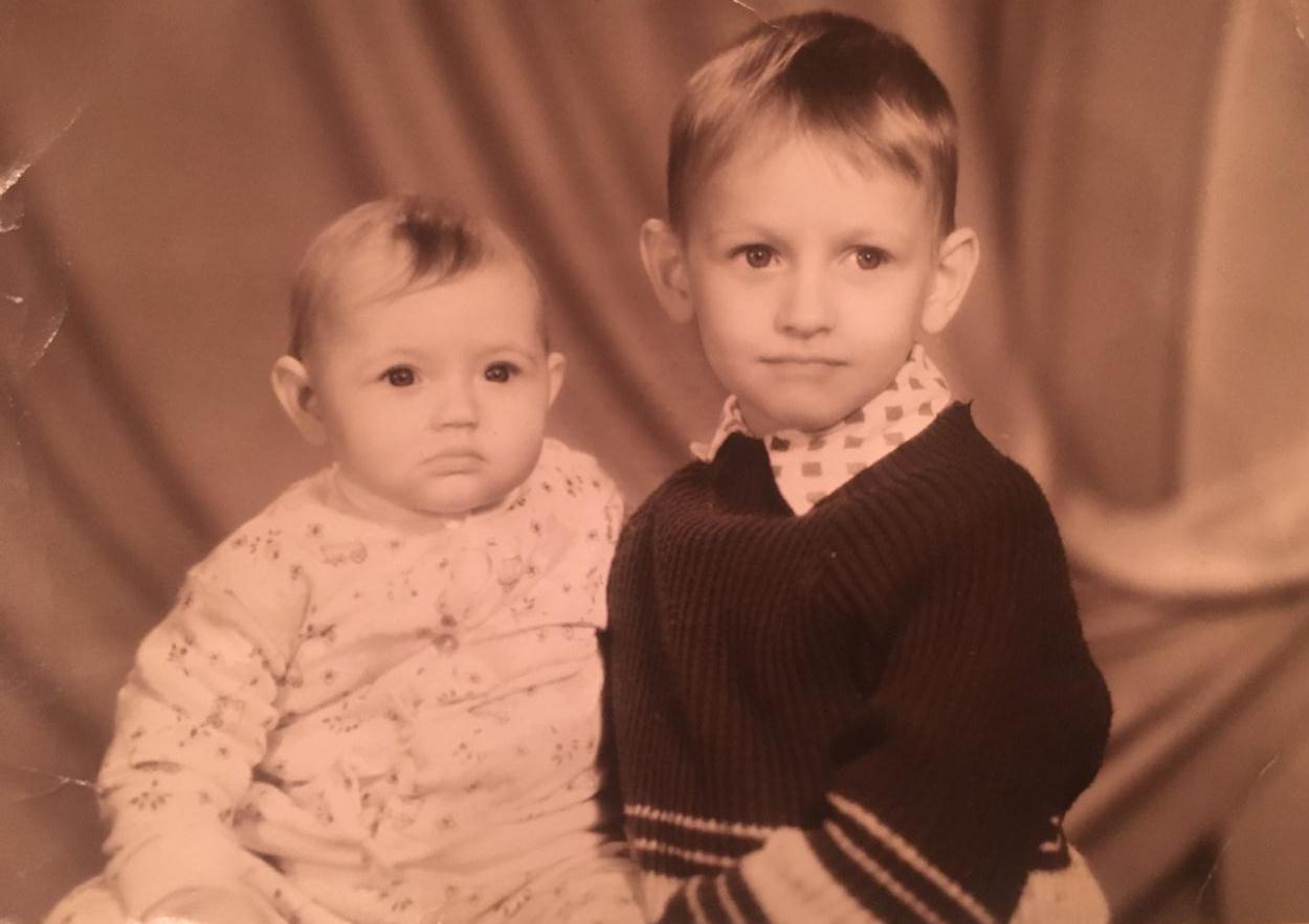 Алик Бендерский в детстве с сестрой