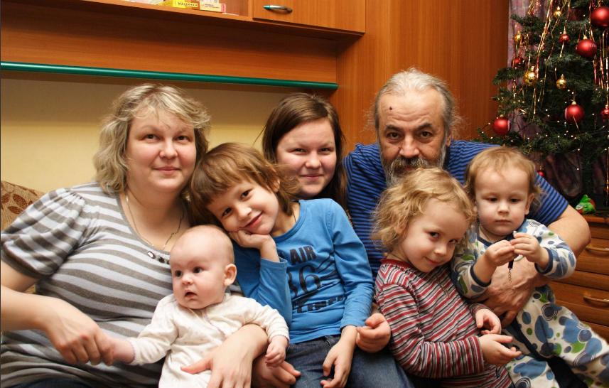 Олег Парастаев с женой и детьми