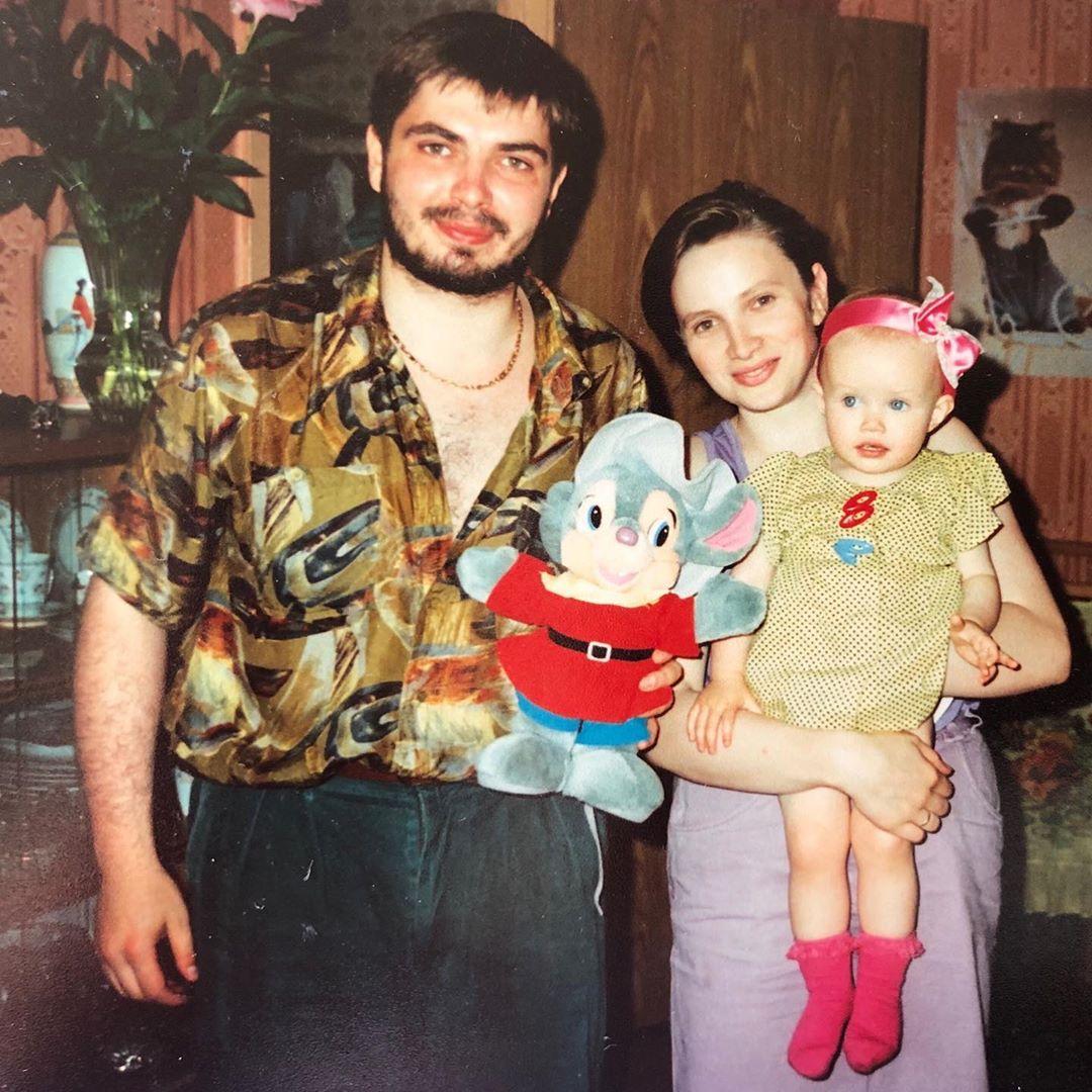 Анастасия Кривошеева в детстве с родителями
