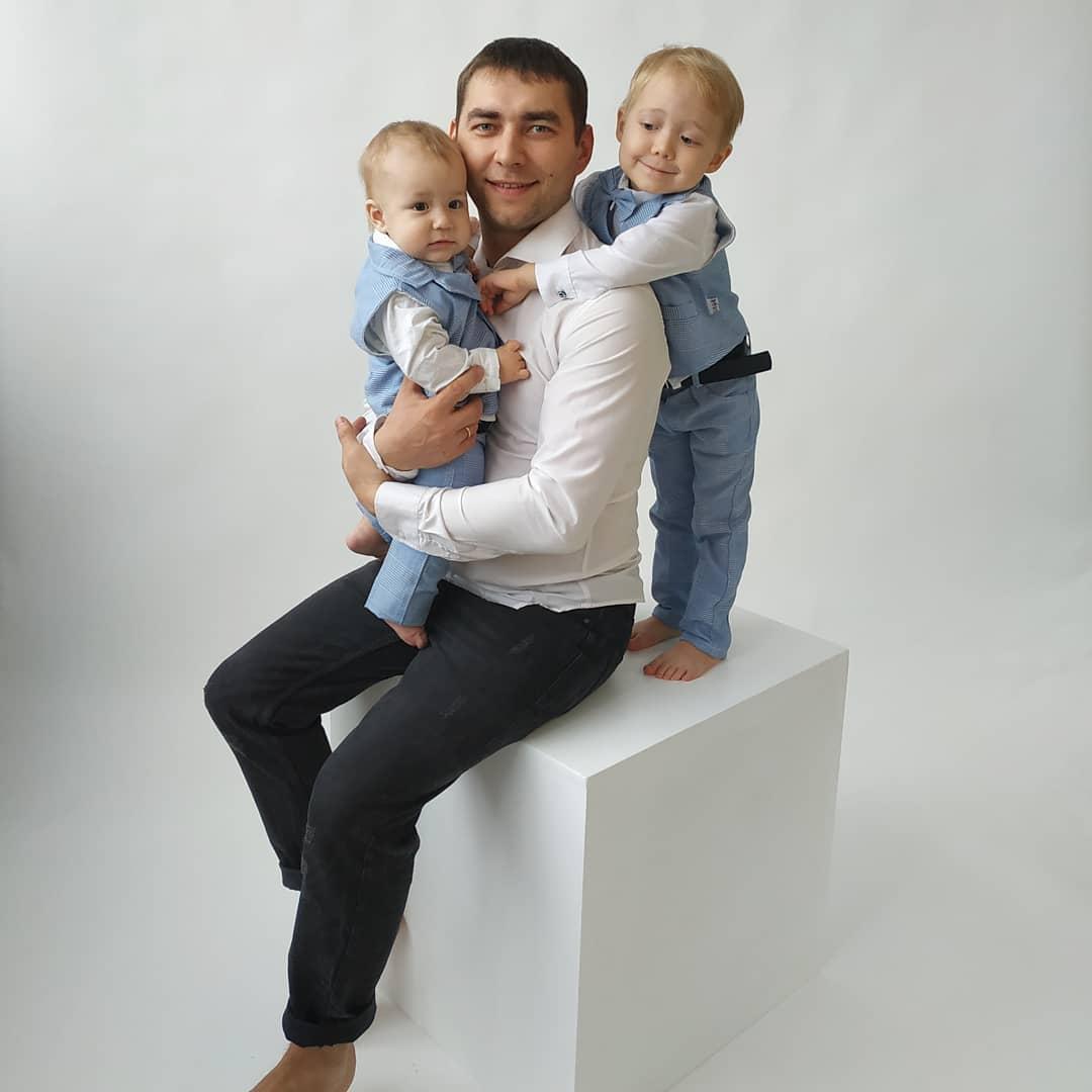 Денис Механик с сыновьями
