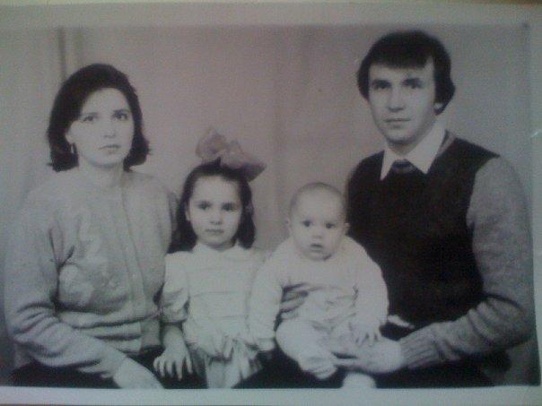 Ольга Качанова в детстве с родителями